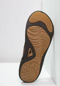 Reef - J-BAY - Sandály s odděleným palcem - camel - 4