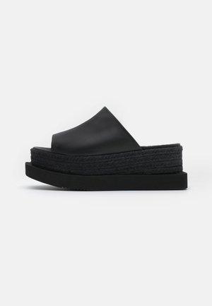 CATATUMBO - Pantofle na podpatku - black