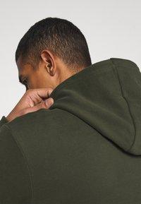 Calvin Klein - LOGO EMBROIDERY HOODIE - Sweat à capuche - green - 4