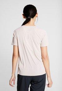 Nike Performance - W NK CITY SLEEK TOP SS - T-shirts med print - fossil stone - 2