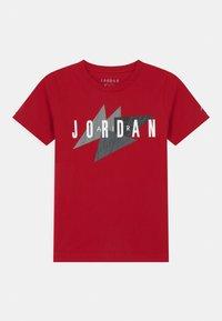 Jordan - GEO FLIGHT - Print T-shirt - gym red - 0