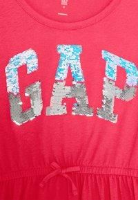 GAP - GIRLS FLIP LOGO DRESS - Jerseyklänning - rosehip - 2