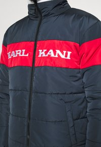 Karl Kani - UNISEX RETRO BLOCK REVERSIBLE PUFFER  - Zimní bunda - navy - 5