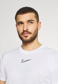 Nike Performance - DRY - Triko spotiskem - white/black - 4