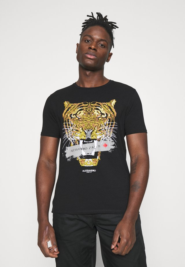 GOLDEN SAVAGE TAPE TEE - T-shirts med print - black