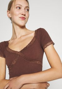 BDG Urban Outfitters - CROSS BABY TEE - Print T-shirt - chocolate - 3