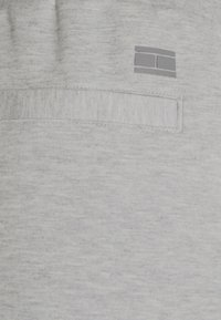Tommy Hilfiger - MODERN ESSENTIALS PANTS - Tracksuit bottoms - medium grey heather - 6