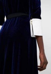 Allen Schwartz - VIVIENNE MIDI WRAP DRESS - Day dress - navy - 4