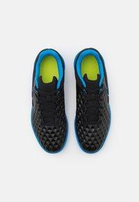 Nike Performance - TIEMPO JR LEGEND 8 CLUB IC UNISEX - Indoor football boots - black/light photo blue/cyber - 3