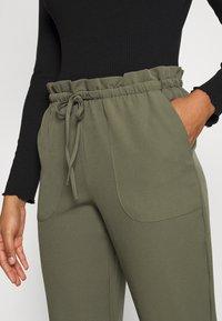 Vero Moda - VMTHERESSA PAPERBAG PANT - Pantalon classique - kalamata - 4