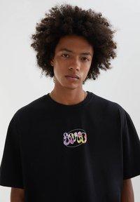 PULL&BEAR - ABGESETZTEM TEXT - Print T-shirt - mottled black - 5