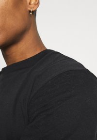 Jack & Jones PREMIUM - JPRBLAPEACH TEE CREW NECK - Basic T-shirt - black - 3