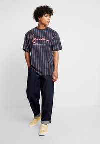 Karl Kani - SIGNATURE PINSTRIPE TEE - Camiseta estampada - navy/yellow/red - 1