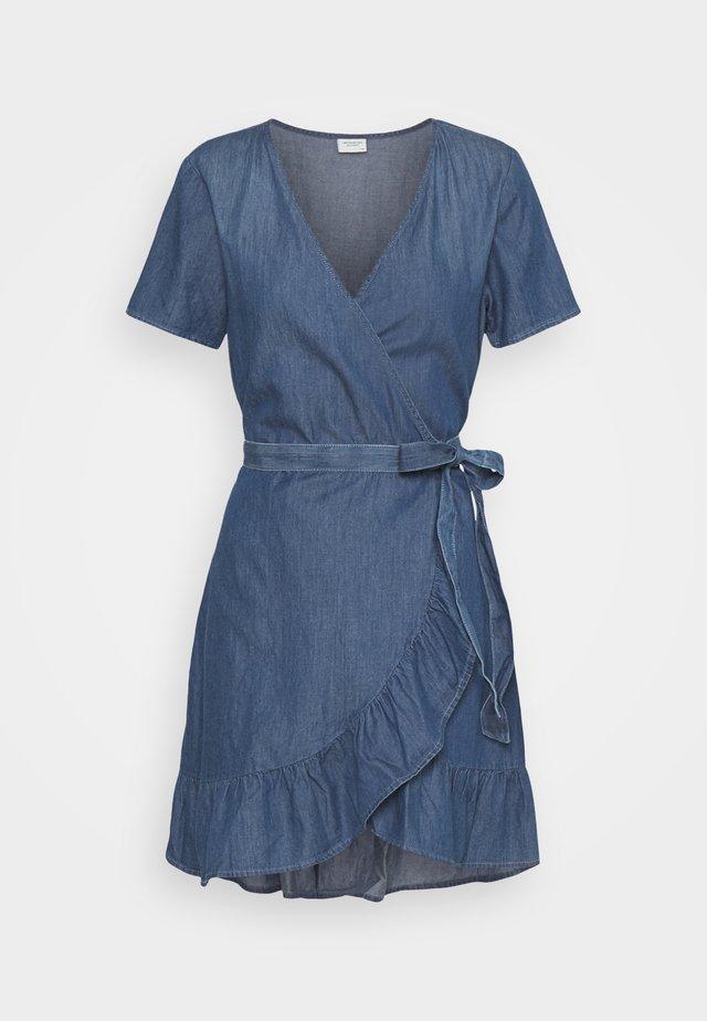 JDYBELLA LIFE WRAP DRESS - Jeansklänning - medium blue denim