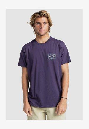 ADVENTURE DIVISION ARCH WAVE - Print T-shirt - purp