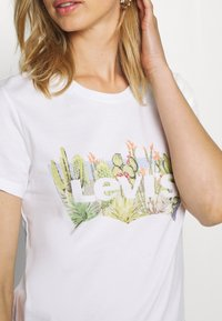 Levi's® - THE PERFECT TEE - T-shirt z nadrukiem - white - 4