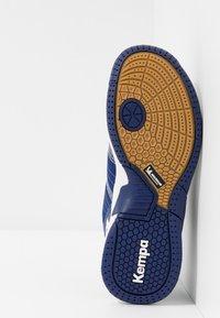 Kempa - ATTACK CONTENDER JUNIOR CAUTION - Handball shoes - midnight blue/white - 5