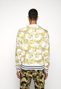 Versace Jeans Couture - PRINT NEW LOGO - Sweatshirt - bianco ottico - 2