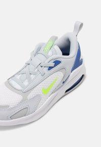 Nike Sportswear - AIR MAX BOLT UNISEX - Sneakers laag - pure platinum/grey fog/game royal/volt - 6