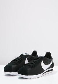 Nike Sportswear - CLASSIC CORTEZ - Baskets basses - black/white - 2