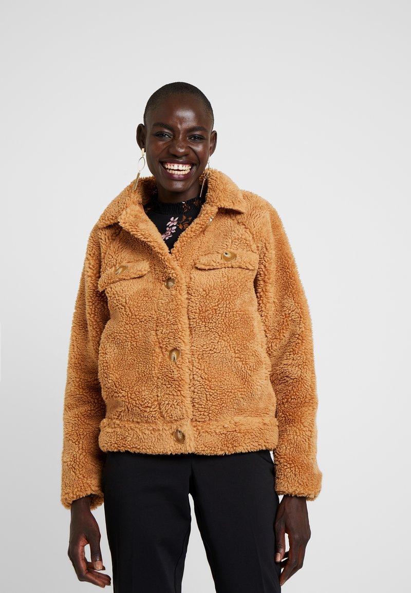 Missguided Tall - CROP BORG TRUCKER - Light jacket - tan