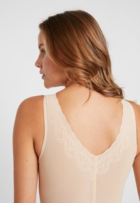 MAGIC Bodyfashion - DSIRED SCALLOP SHEER - Body - latte - 4