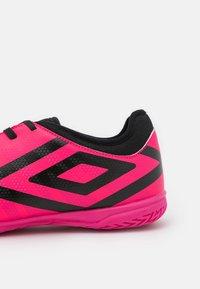 Umbro - VELOCITA VI CLUB IC - Indoor football boots - pink peacock/black/white - 5
