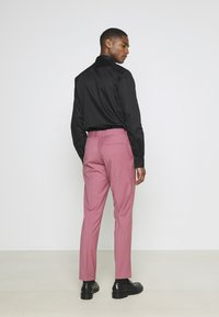 Isaac Dewhirst - Costume - pink - 5