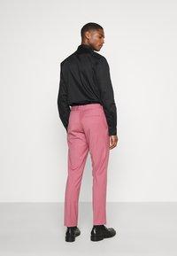 Isaac Dewhirst - Traje - pink - 5