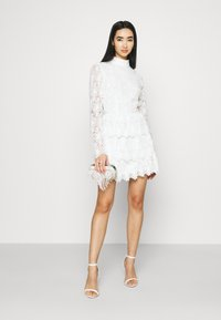 NA-KD - EMBROIDERED FLOUNCE DRESS - Cocktailkjole - white - 1