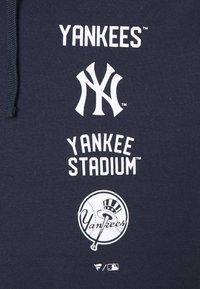 Fanatics - MLB NEW YORK YANKEES PROPERTY OF GRAPHIC OVERHEAD HOODIE - Pelipaita - navy - 2