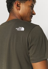 The North Face - MENS SIMPLE DOME TEE - Basic T-shirt - new taupe green - 3