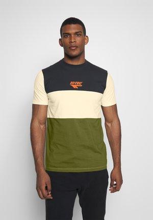 SIMON - Camiseta estampada - washed black/soya/cypress