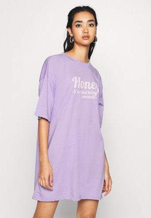 OVERSIZED DRESS HONEY - Žerzejové šaty - lilac