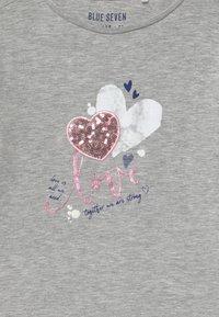 Blue Seven - KIDS SEQUIN LOVE HEART - Long sleeved top - nebel - 3