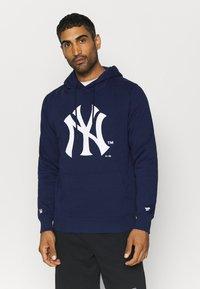 Fanatics - MLB NEW YORK YANKEES ICONIC SECONDARY COLOUR LOGO GRAPHIC HOODIE - Hoodie - navy - 0
