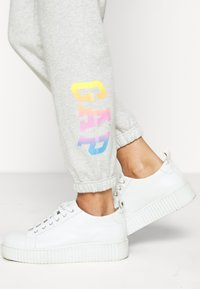 GAP - OMBRE - Tracksuit bottoms - light grey - 3