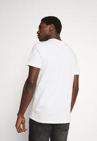Lyle & Scott - V NECK - Jednoduché triko - off-white - 2