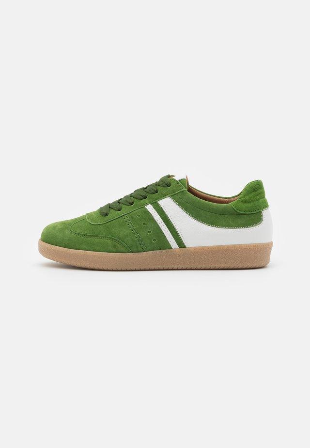 Sneakers laag - klee/weiß