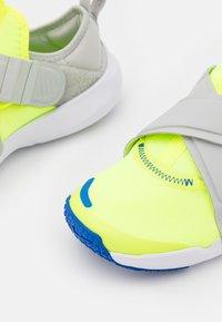 Nike Sportswear - FLEX ADVANCE BP UNISEX - Trainers - volt/game royal/grey fog - 5