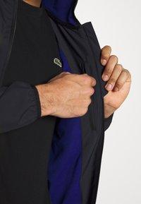 Lacoste Sport - TENNIS JACKET - Impermeable - black/cosmic - 4