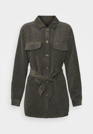 PCSEFFI TIE SHIRT - Short coat - deep lichen green