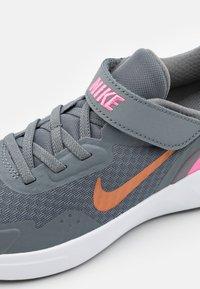 Nike Sportswear - WEARALLDAY UNISEX - Zapatillas - smoke grey/metallic copper/pink glow - 5