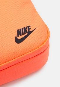 Nike Sportswear - HERITAGE UNISEX - Skuldertasker - bright mango/smoke grey - 4