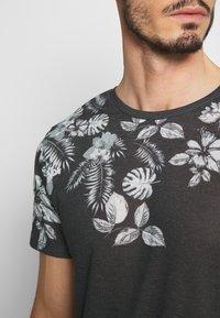 Jack & Jones PREMIUM - TIME TEE CREW NECK - T-shirt med print - dark grey - 4