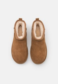 UGG - CLASSIC ULTRA MINI CHAINS - Ankle boots - chestnut - 5
