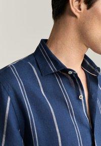 Mango - SLIM FIT-LEINENHEMD MIT KAROMUSTER TAMI  - Shirt - dunkles marineblau - 4