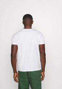 CLOSURE London - WORLDWIDE TEE - T-shirt med print - white - 2