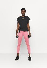 Nike Performance - DRY TIE - Print T-shirt - black/metallic gold - 1