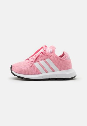 SWIFT RUN X SHOES - Matalavartiset tennarit - light pink/footwear white/core black